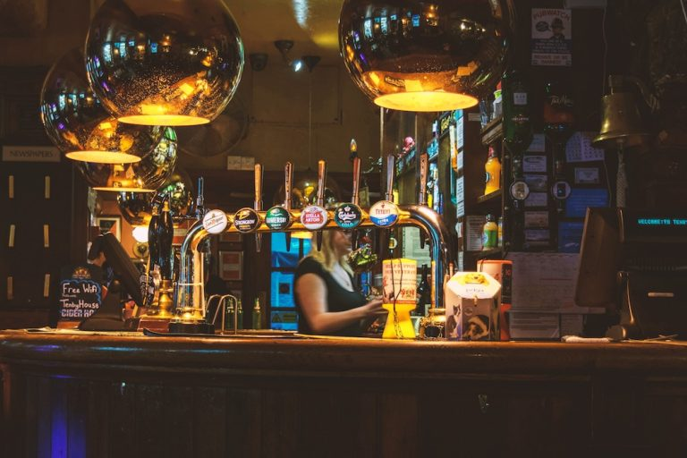 Tipping in London- Don't tip the barman while visiting london