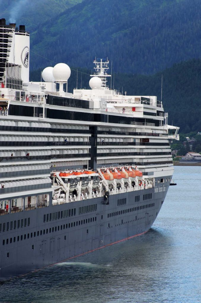 How to protect yourself from going overboard on a cruise (1)