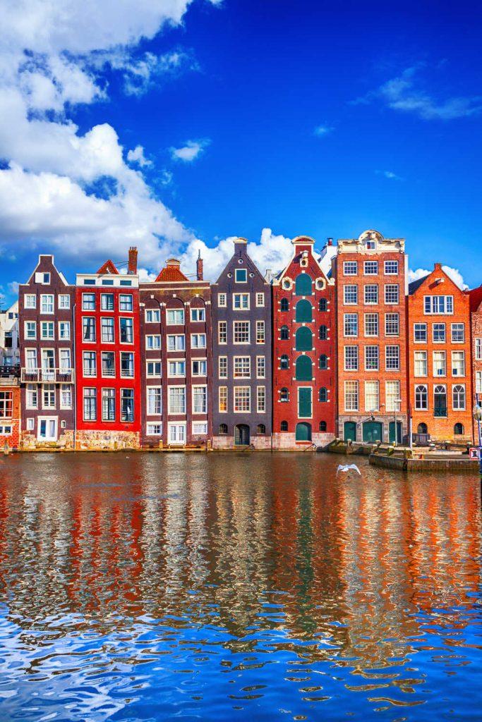 Amsterdam, een van de mooiste steden van Europa, is de perfecte plek voor een weekendje weg.  Aankomst in Amsterdam in het weekend is nog nooit zo eenvoudig geweest, aangezien veel goedkope luchtvaartmaatschappijen goedkope vluchten naar de Nederlandse hoofdstad aanbieden.  Amsterdam heeft alles, van de prachtige watergrachten en prachtige architectuur tot musea van wereldklasse en prachtige parken.