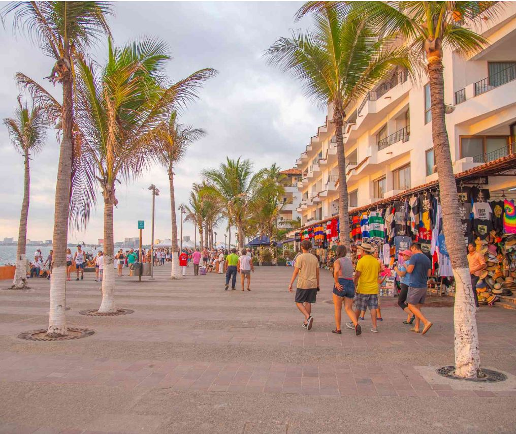 BUsy PV malecon during the day