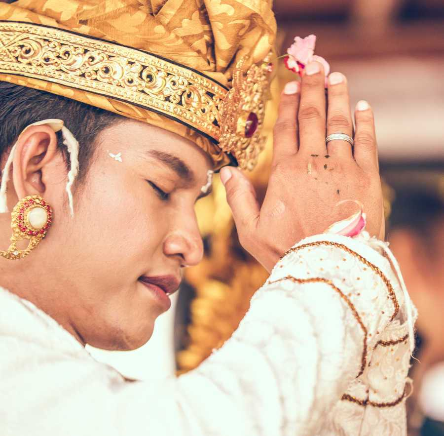 Bali-local-praying-1