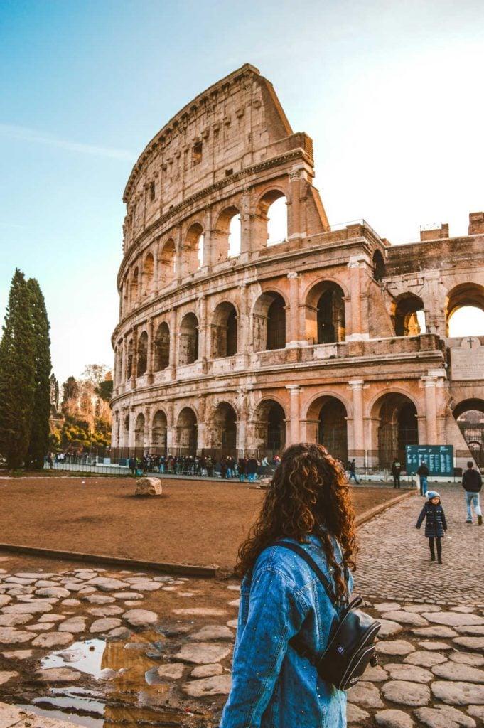 tourist in rome at colluseum