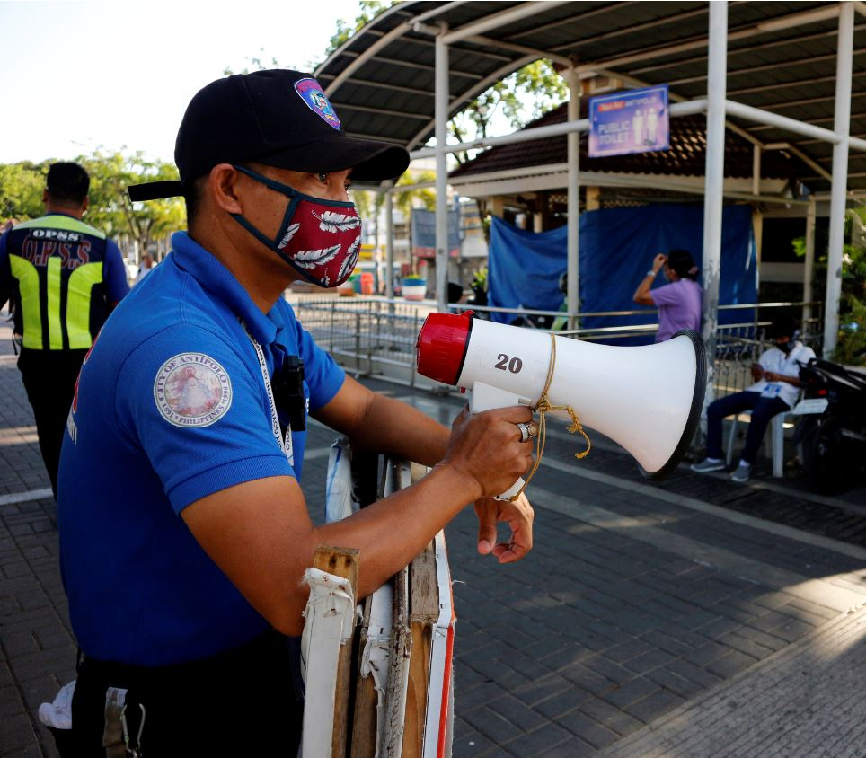 officer wearing mask in philippines