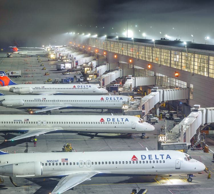 delta planes at airport gates