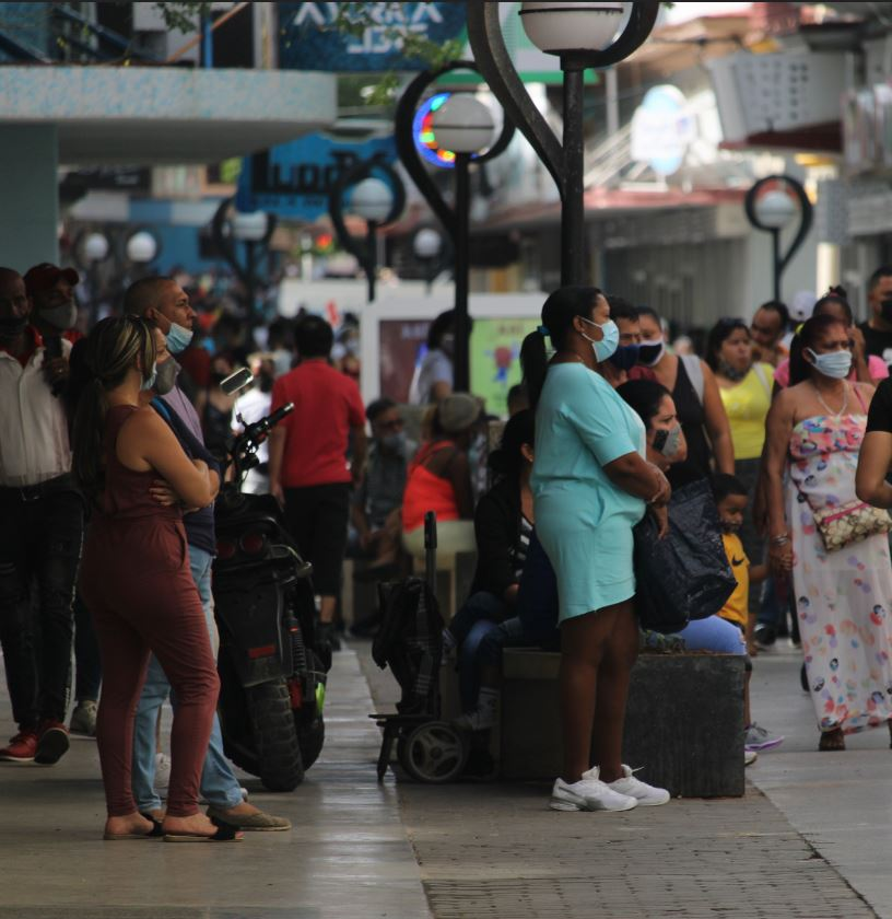 Cuba Tourists with luggage and masks