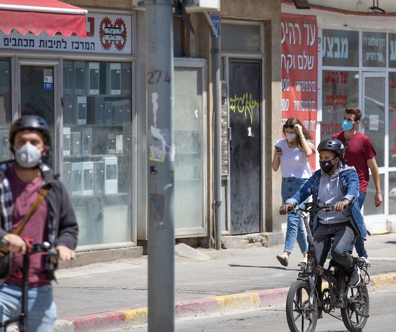 masks locals in Tel Aviv