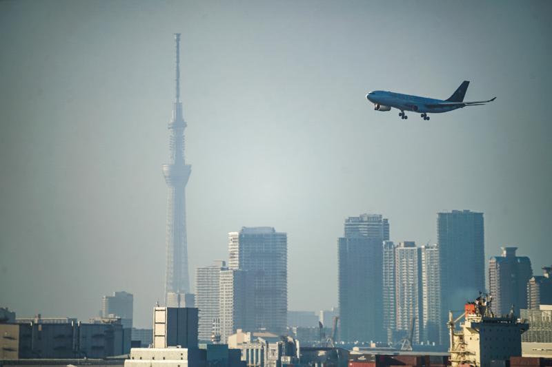 plane landing in tokyo