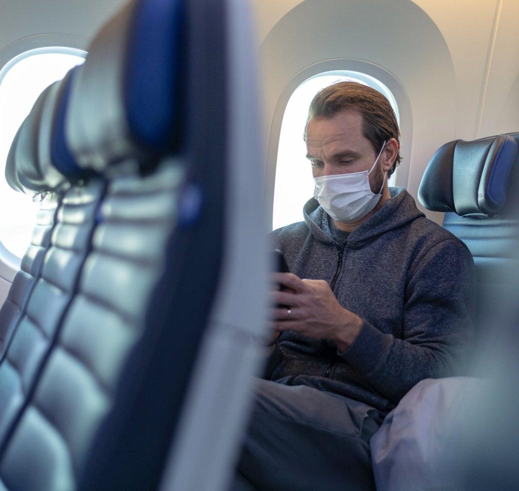 traveler-face-mask-on-flight-