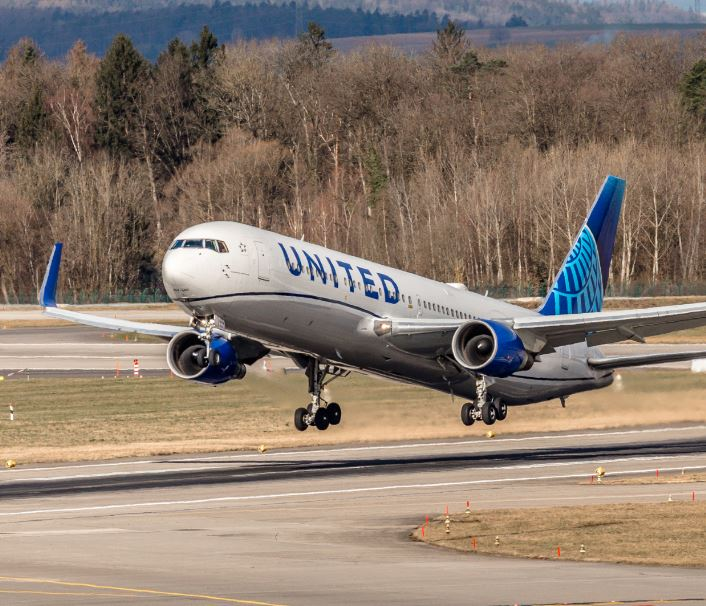 united airline taking off