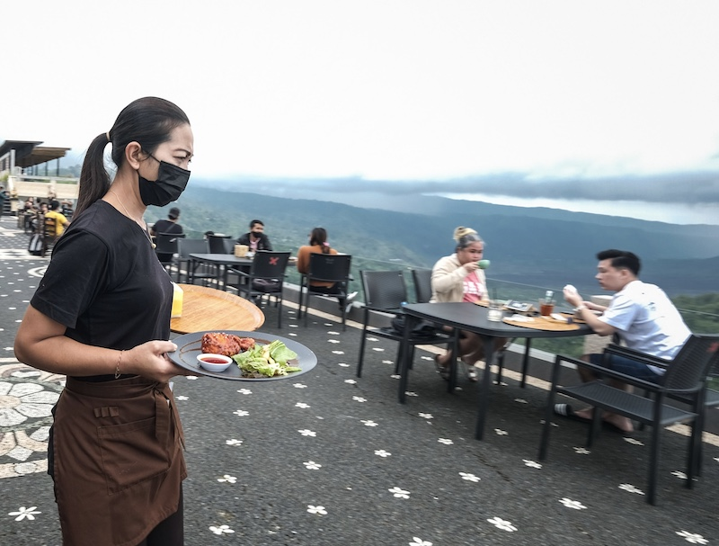 server in Bali restaurant mask safety protocols