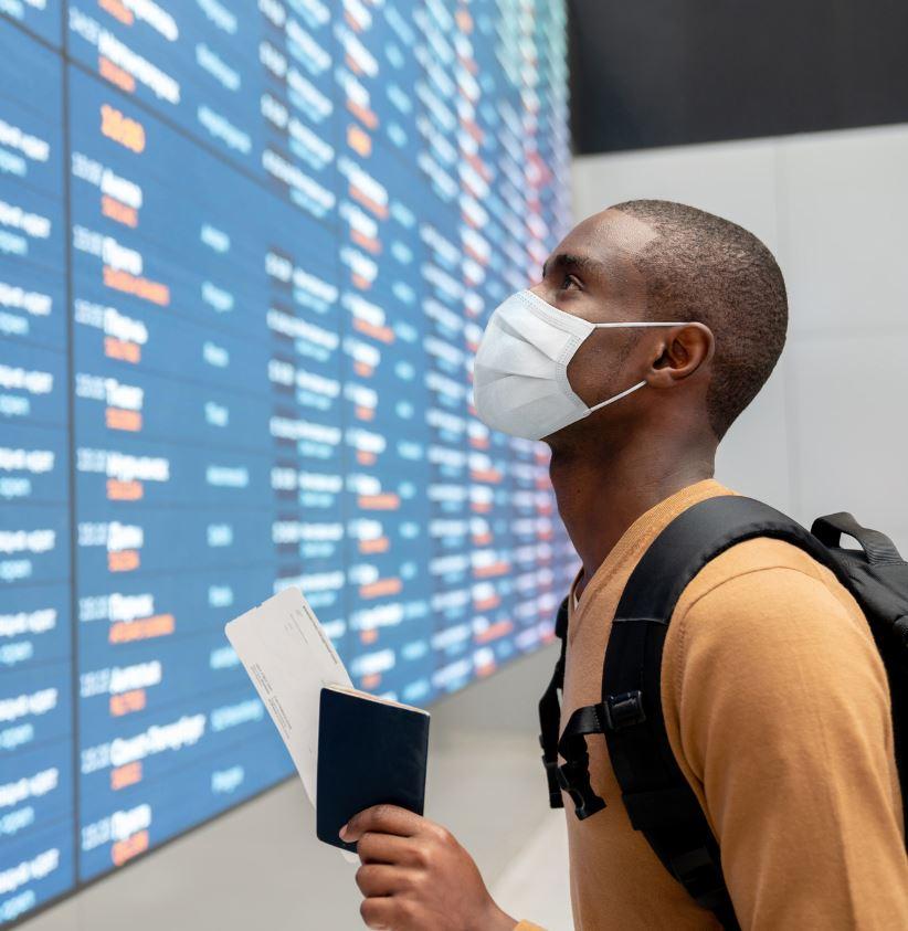 Путешественник-маска-в-аэропорту
