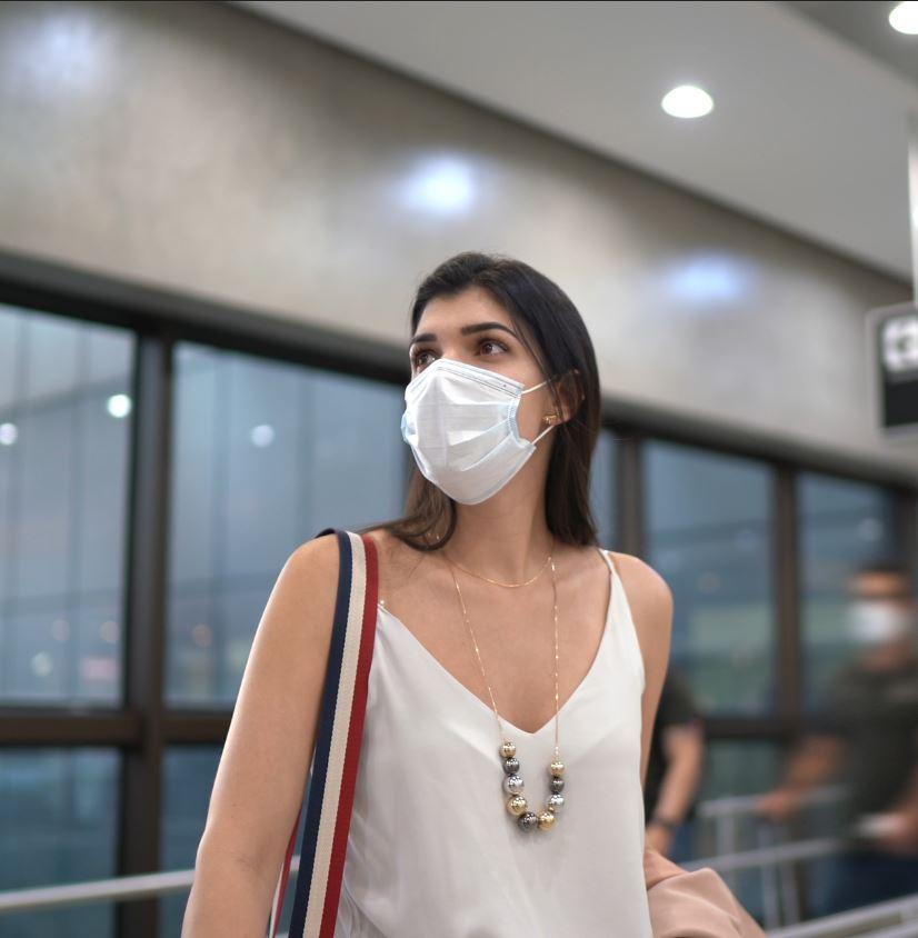 Traveler-at-airport-in-mask