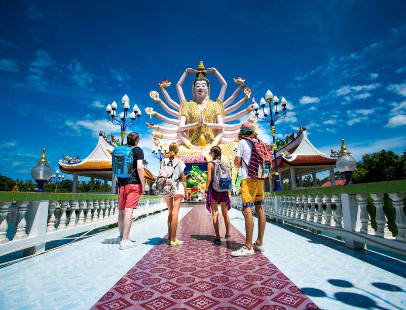 buddha statue travelers thailand