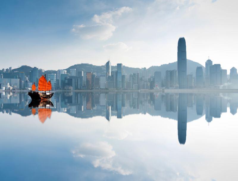 hong kong junk boat skyline