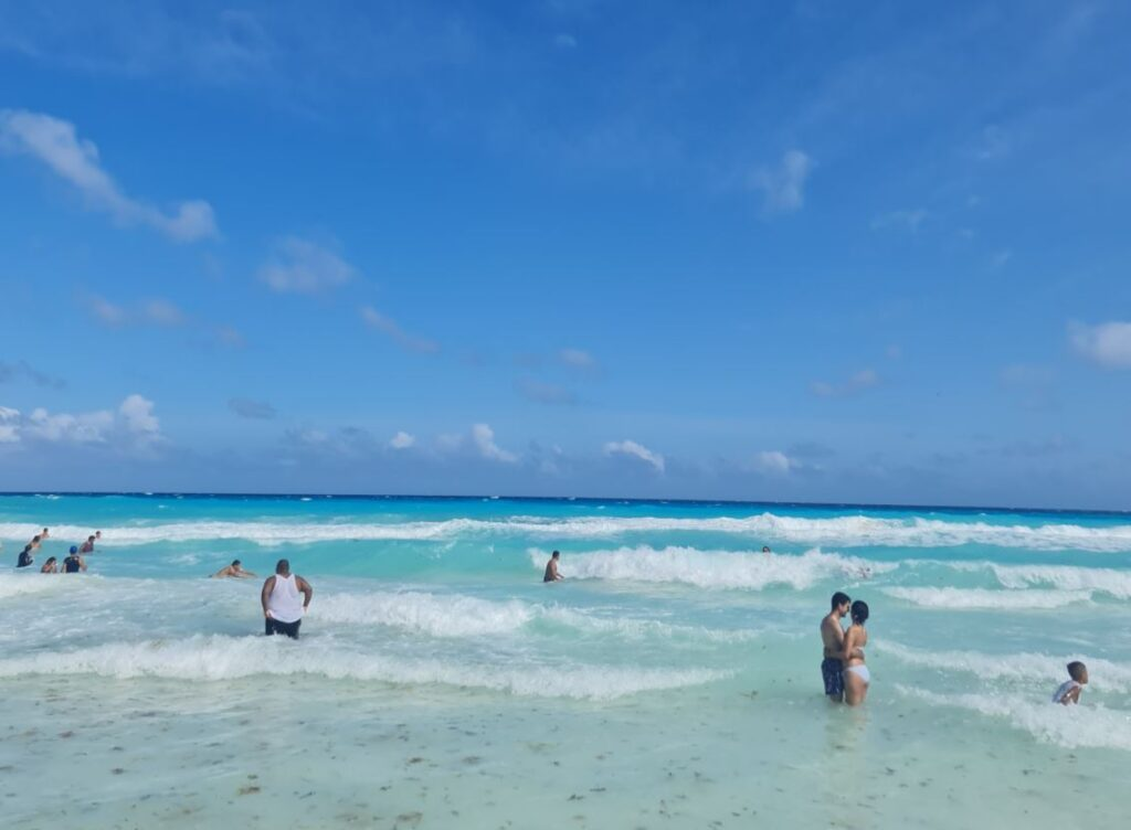 Tourists-swimming-in-Cancun-1024x752