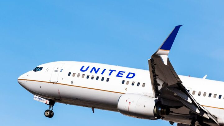 United Places Record Airplane Order