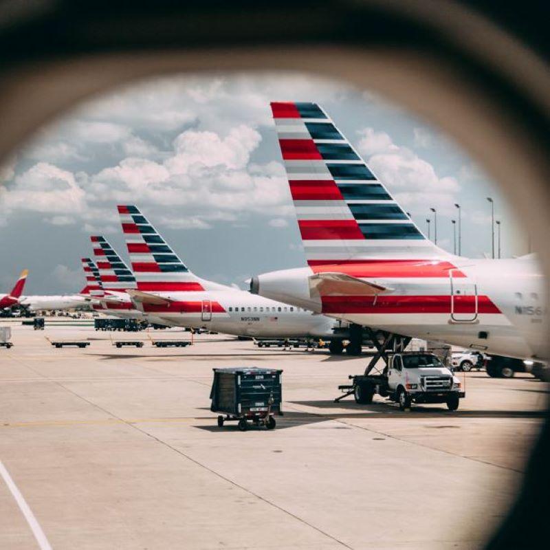 американские авиалинии-выстрел из окна