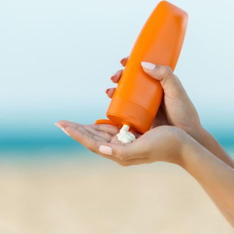 hand sunscreen beach