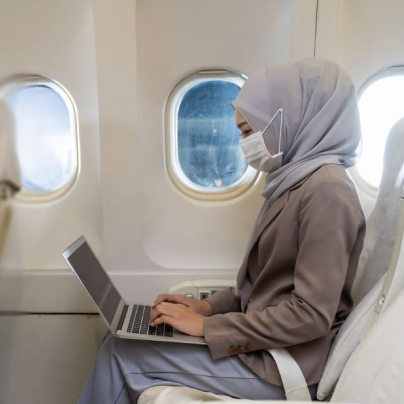 mask traveler flight laptop